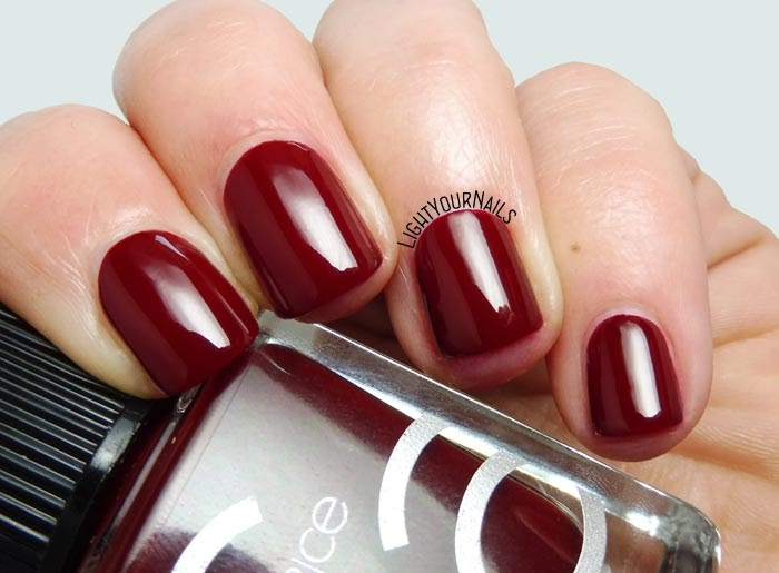 Smalto rosso Catrice ICONails 03 Caught On The Red Carpet red nail polish