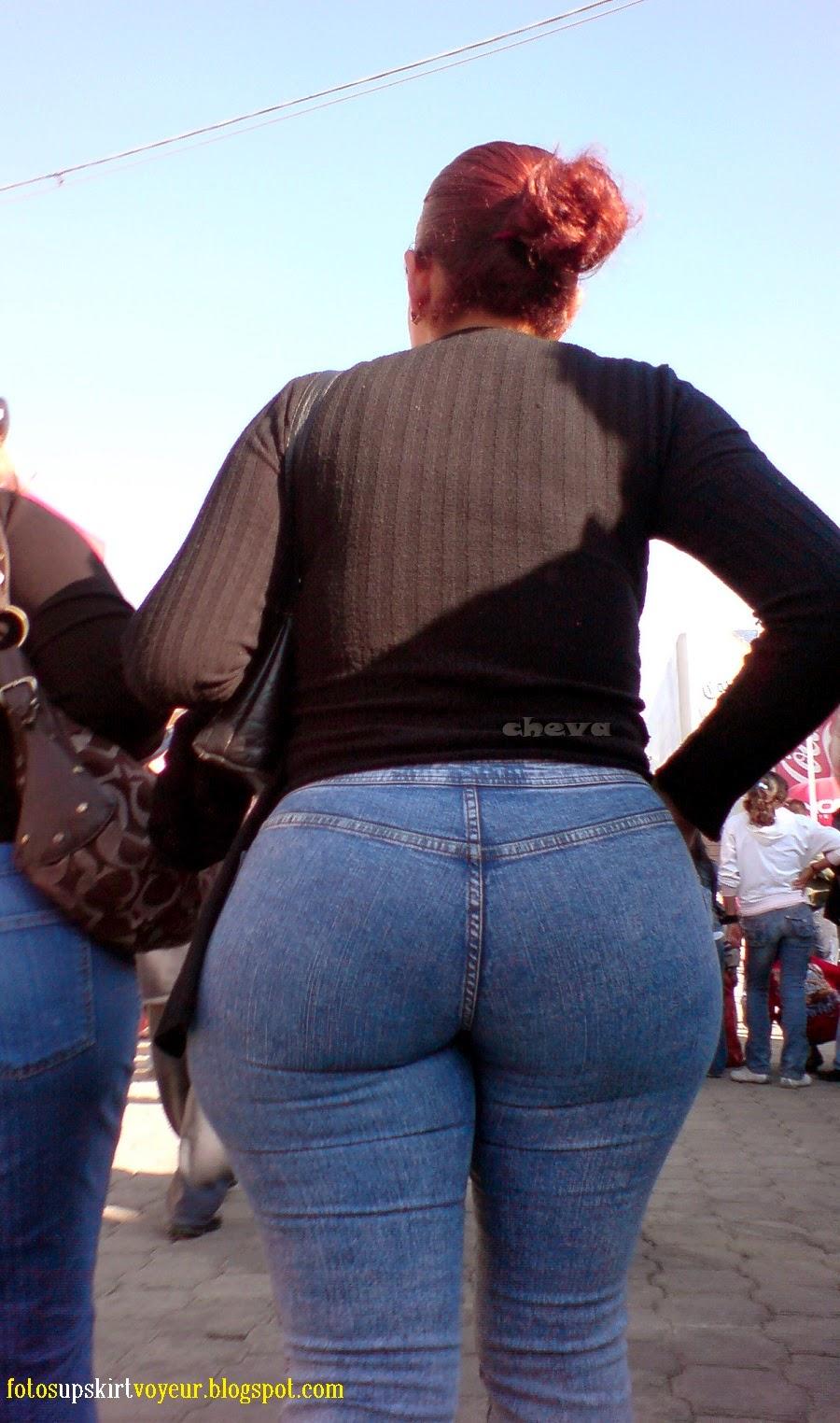 image Mexicana de leggins caminando por la calle