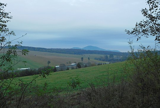 Dolina Muszynki. W dali widać Busov (1002 m n.p.m.) - najwyższy szczyt Beskidu Niskiego.