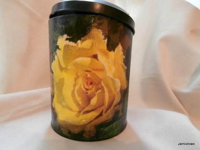 motyw róży na metalowej puszce