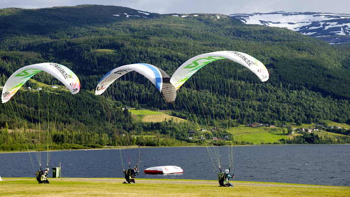 Wallpaper: Ready for a Flight with Paragliding