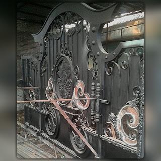Pembuatan Gerbang Besi Tempa Klasik dengan desain khusus cocok dengan rumah bergaya klasik dan Mewah