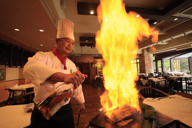 フランベでお肉の旨味を閉じ込めます。