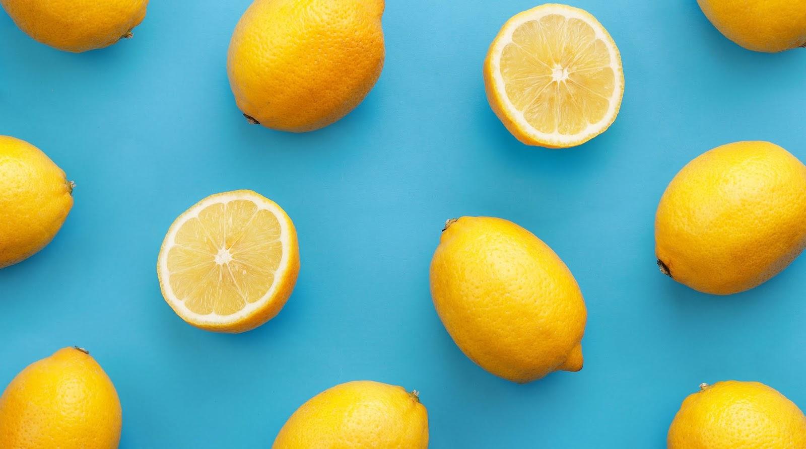 Eine Scheibe Zitrone im Wasser kühlt den Körper und mildert starkes Schwitzen