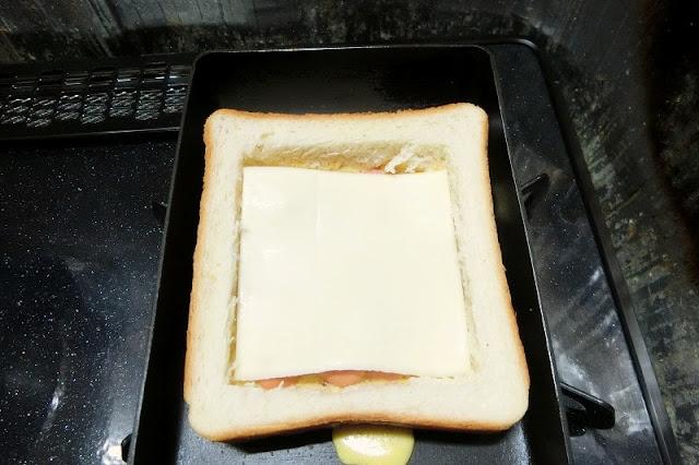 卵が固まり始めたらスライスチーズをのせる