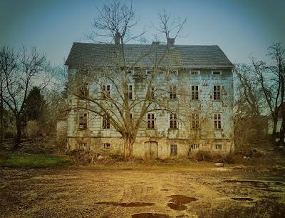 https://pixabay.com/en/abandoned-house-old-building-home-1780556/
