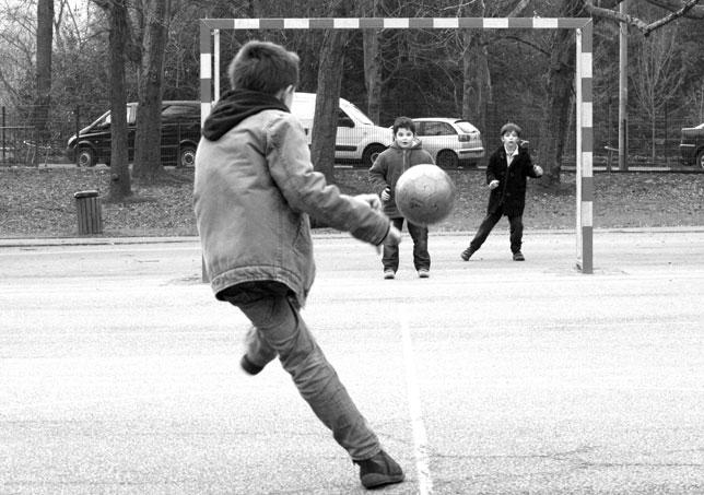 Un niño ejecuta ilegalmente un penalti en el recreo por cañón