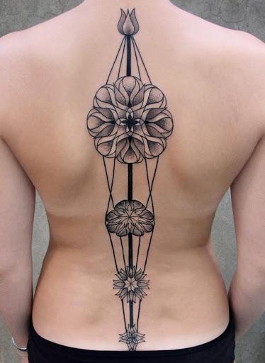 Mandala tatuagens são muito populares por volta especialmente a coluna vertebral tatuagens. Parece que há o alinhamento das estrelas e o destino está apenas esperando para desdobrar-se.