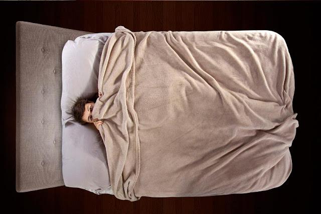 Pernah merasakan saat tertidur tiba-tiba tubuh sulit bergerak?.  Ya, banyak orang beranggapan, pada kondisi tersebut tak sedikit orang beranggapan bahwa sedang ditindih makhluk halus.  Mitos ini pun semakin kuat karena kejadian ditindih itu kerap saat kita tidur dengan sugesti membayangkan ada aktifitas makhluk dunia lain disisi kita.  Benarkan anggapan itu?