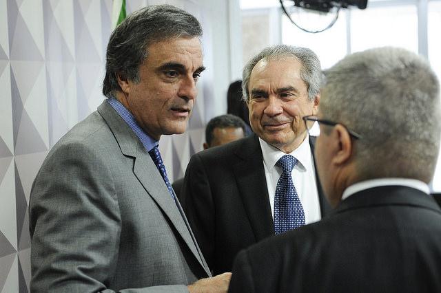 """O advogado de defesa de Dilma Rousseff, José Eduardo Cardozo, levantou inconsistências no relatório apresentado pelo senador Antônio Anastasia (PSDB-MG) na Comissão Especial do Impeachment (CEI), durante a discussão sobre o documento, nesta quarta (3), em Brasília (DF).  """"Nós juntamos várias provas depois da liminar de Teori Zavaski [em maio]. Vossa Excelência justificou sua decisão pela liminar, que não era nem o julgamento definitivo, não comentou os áudios dos senadores [Romero Jucá e Renan Calheiros] dizendo que 'havia uma sangria', não comentou outras falas de senadores que foram mencionados que diziam que as provas não precisavam ser produzidas"""