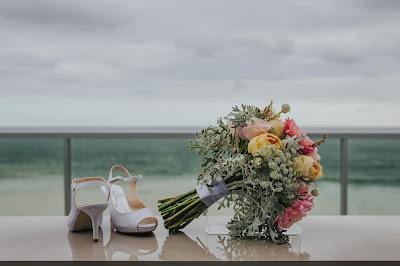 Ramo y zapatos de novia con el océano como fondo