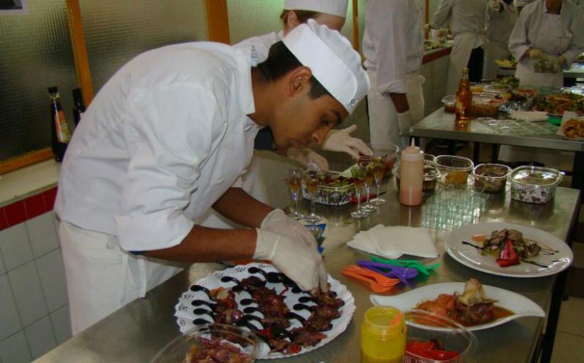 Trabajo empleos y mas se necesitan ayudante mozas for Ayudante cocina