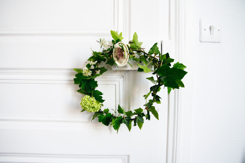 merci raoul diy une couronne de fleurs et feuilles fraiches en deux minutes. Black Bedroom Furniture Sets. Home Design Ideas