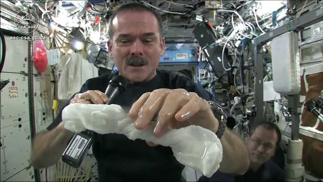 Astronauta mostra como é incrível torcer um pano molhado no espaço