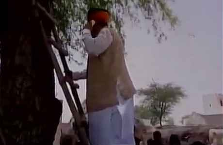 arjun-ram-meghwal-climb-on-tree-to-talk-over-phone-in-bikaner