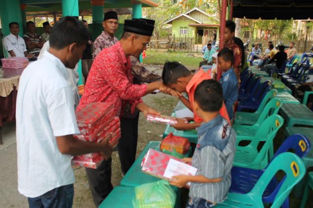Keuchik Gampong Cot Baroh Menyerahkan  Santuan Anak Yatim