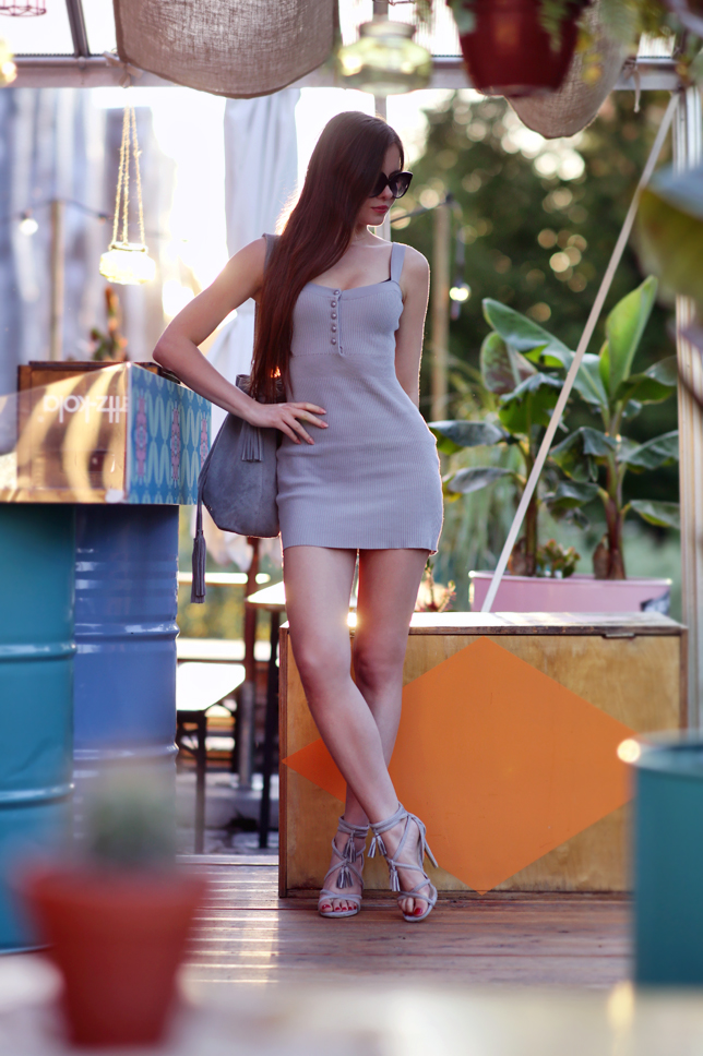 Szara obcisła sukienka, zamszowe sandały na obcasie i zamszowa torebka