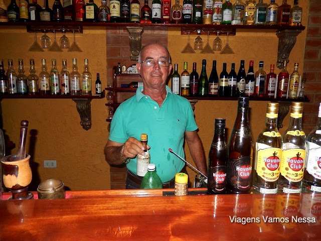 Sr. Buri preparando um drink no bar do Hostal Buri Y Nesti