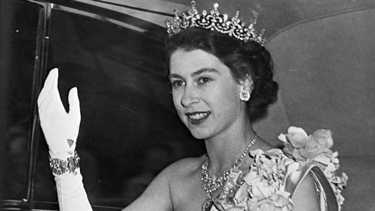 El diario británico  The Sun  ha publicado un video en el que se ve a la  futura reina Isabel II cuando tenía unos seis años haciendo el saludo nazi 0aa72465017c