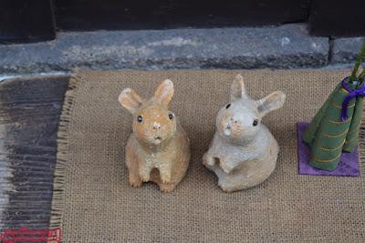 Detalle de unos conejos en una tienda de Pontocho, Kyoto