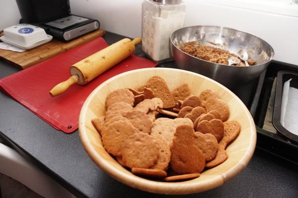 tradycyjne pierniki na choinkę z foremek - przygotowanie z dziećmi prosty przepis