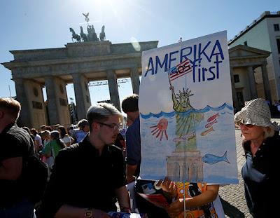 Protesta por la retirada de EE.UU. del Acuerdo de París en la Puerta de Brandeburgo (Berlín) / Fabrizio Bensch / Reuters