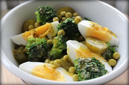 Sałatka brokułowa z jajkiem, groszkiem i kiszonym ogórkiem