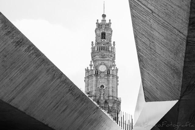 Fotografía de la Torre de los Clérigos en blanco y negro.