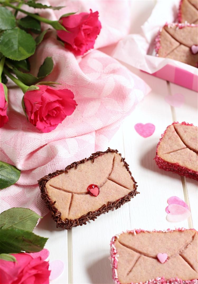 Himbeer-Valentinstags-Cookies im Briefumschlag-Look mit Überraschung 4
