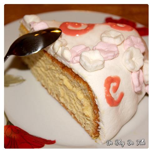 http://unblogdefille.blogspot.com/2013/03/mon-premier-gateau-en-pate-sucre.html