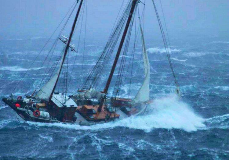 Firtinaya yakalanan bir gemi yeteri kadar sağlam ve büyük değilse kolaylıkla batabilirdi.