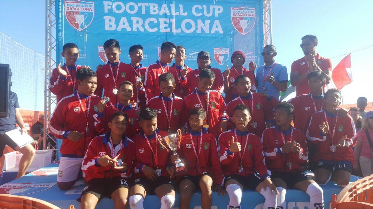 Tim PSSA U-15 Garuda Jaya selebrasi usai meraih juara II di Barcelona Cup Spanyol.