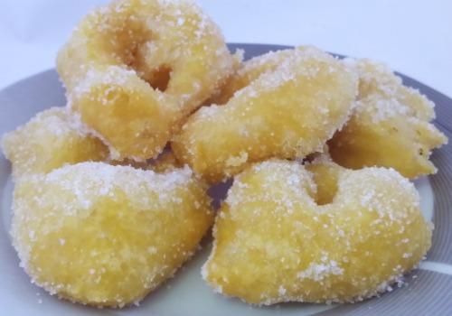 Unos buñuelos hechos de calabaza, fritos y rebozados con azúcar