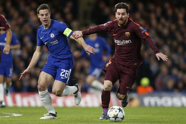 Cesar Azpilicueta mengejar Lionel Messi saat Chelsea menjamu Barcelona pada pertandingan babak 16 besar Liga Champions kontra Chelsea di Stamford Bridge