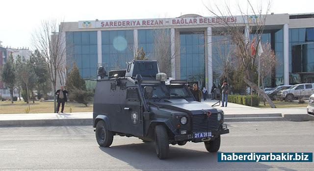 DİYARBAKIR-Diyarbakır merkezde İçişleri Bakanlığı tarafından görevlendirme yapılmayan tek belediye olan DBP'li Bağlar Belediyesine polis tarafından baskın yapıldı.