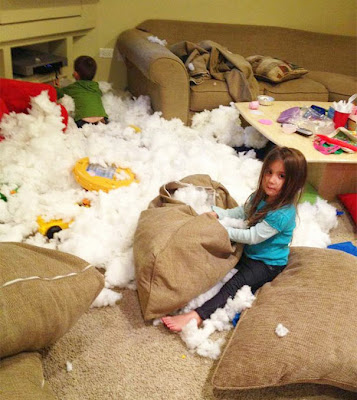 Niños haciendo travesuras en la sala