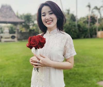 Rosiana Dewi Membawa Bunga