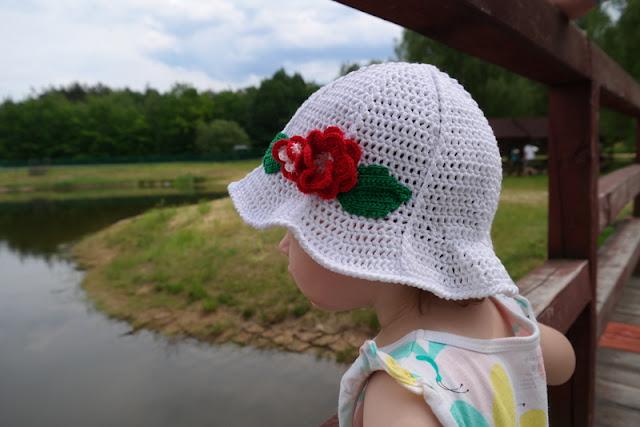 Szydełkowy letni kapelusik z kwiatkiem