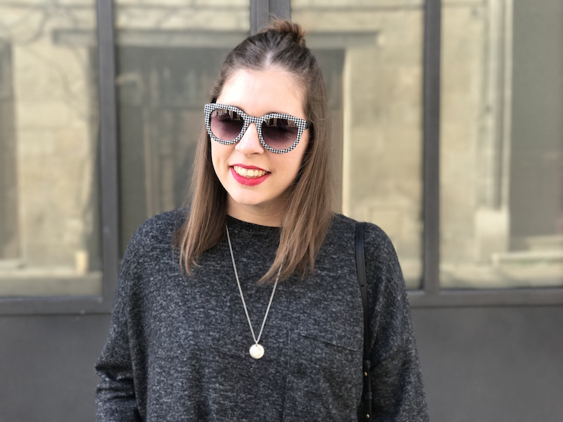 pull gris foncé Zara, médaille l'atelier d'amaya, lunette de soleil vichy zara