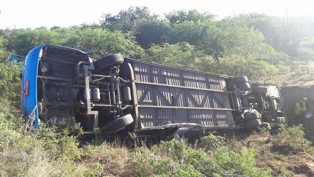 Em Poço Redondo/SE, ônibus turístico tomba e deixa três pessoas mortas e vários feridos na Rota do Sertão