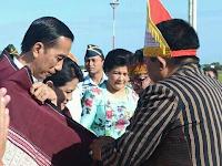 Presiden dan ibu negara pakai Ulos batak bukti tanda cinta Jokowi terhadap suku batak