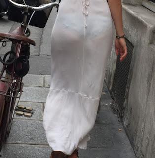 Preciosa mujer vestido entallado transparente