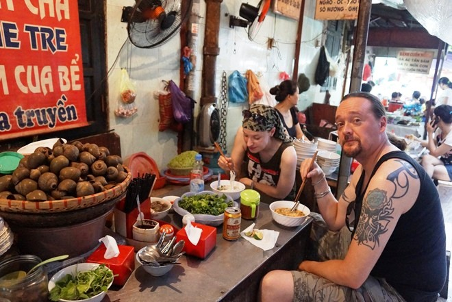 If traveling to Hanoi, eat strange food in Dong Xuan Market