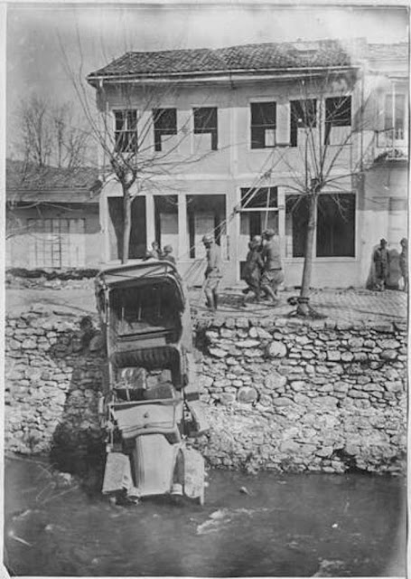 In the streets of Bitola (Monastir) (March 1917). Rescue of an truck fallen in the Dragor River