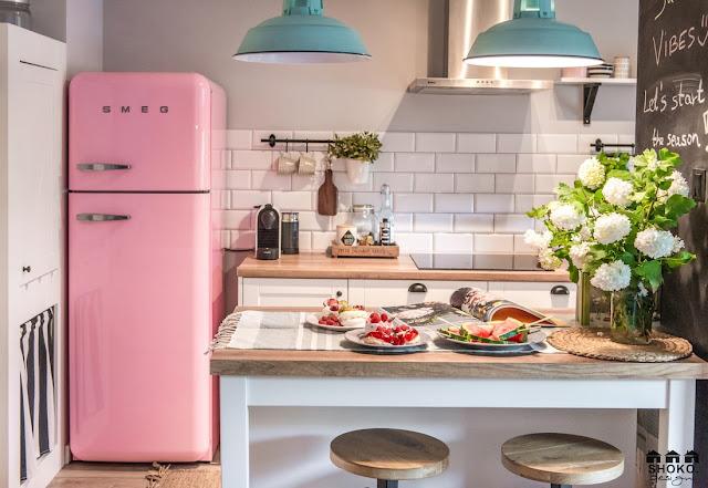 bucatarie cu firgider roz