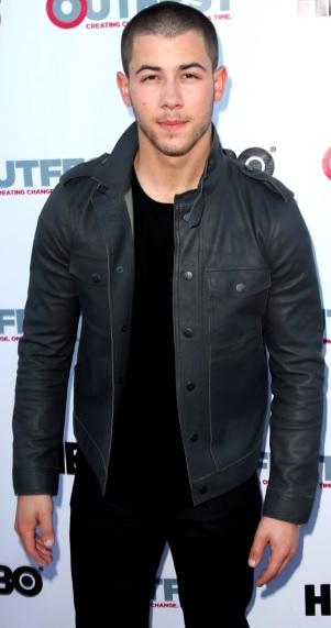 Foto de Nick Jonas con poco cabello