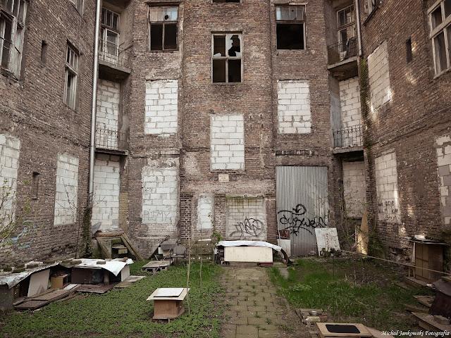 Opuszczona kamienica przy Waliców 14 w Warszawie