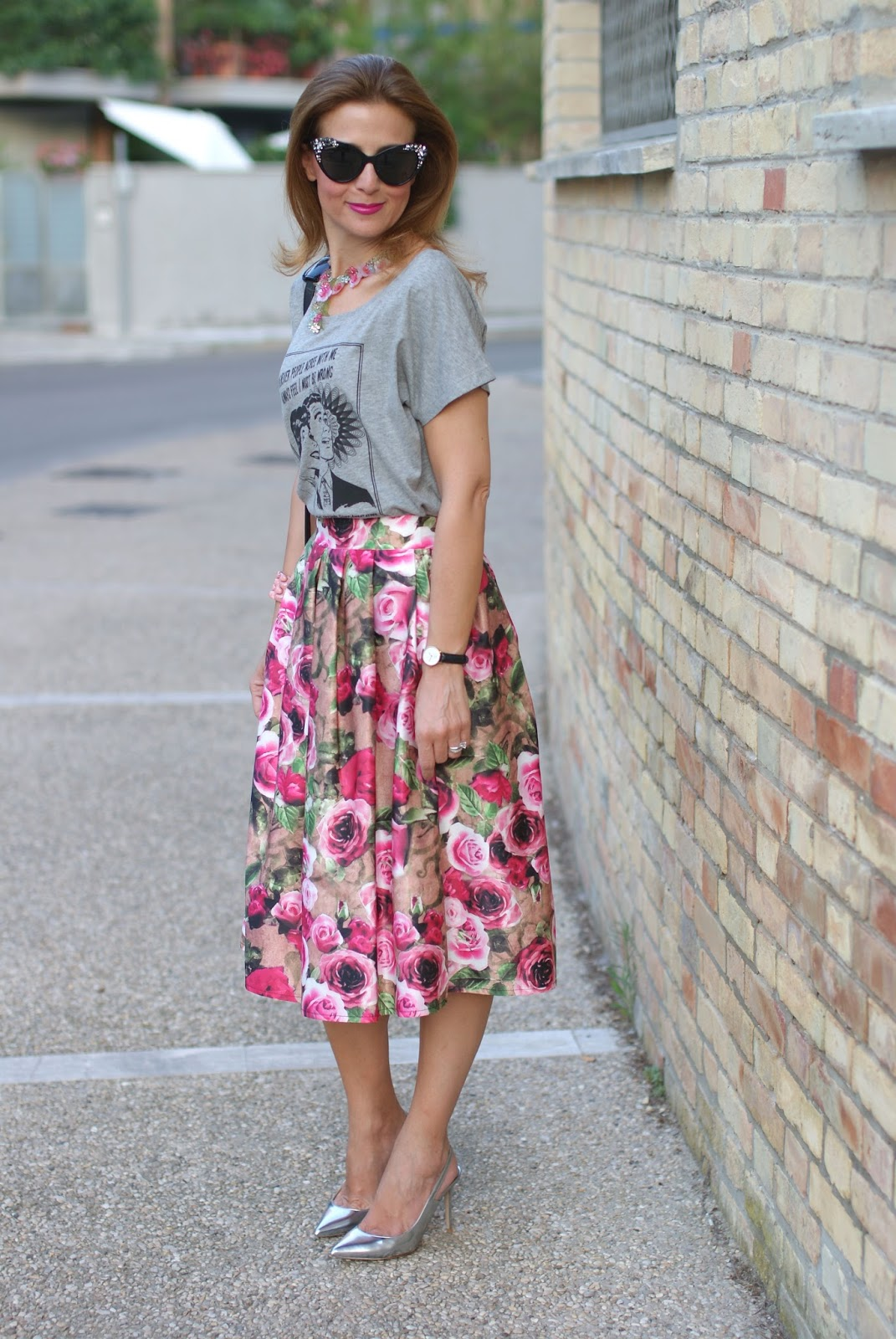 Opposes Complementaires t-shirt con midi skirt con rose su Fashion and Cookies fashion blog, fashion blogger style