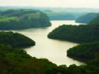 Lago da Usina Hidrelétrica de Itaúba entre Vales Cobertos por Mata Nativa