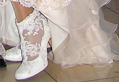 1416a45daa5b3f Весільне взуття для нареченої - не то поле для активної діяльності. Тут  дизайнерам сильно не розігнатися, адже часто туфлі приховані під довгим  подолом ...